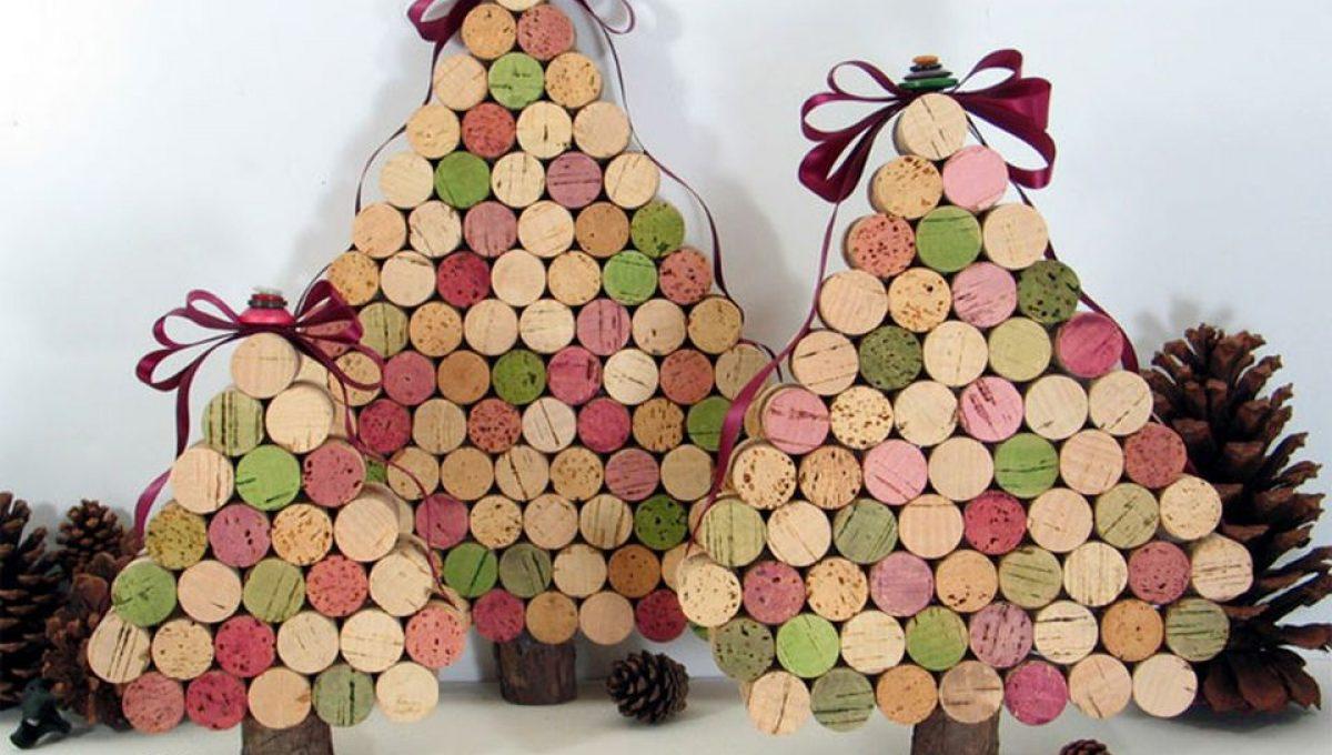 Árboles de navidad con botellas de vino